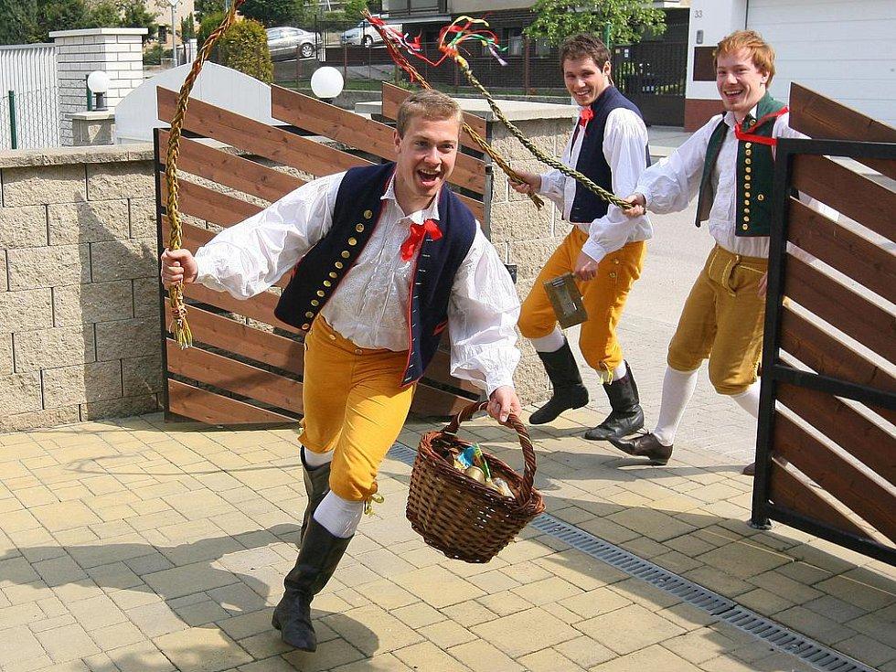 Skupinka mladíků se o Velikonočním pondělí vydala na koledu.
