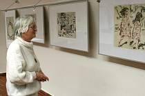 Návštěvnice výstavy si prohlíží díla Lenky Sýkorové