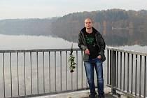 Hráz přehrady na Borech, , kde k tragické události došlo. Právě zde se Honza rozhodl skočit do vody, aby muže zachránil.