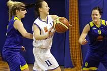 Basketbalistky BaKu Plzeň   (č. 11 Andrea Roubalová) sice v sobotu nestačily na Slunetu Ústí nad Labem (snímek), v neděli ale zdolaly Litoměřice a skončily v tabulce II. ligy páté