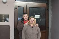 """Manželé Tomaškovi před """"novým"""" domem"""