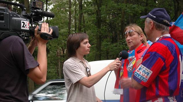 Pochod fanoušků Viktorie do Kladna vzbudil  ohlas i  mezi médii.  Před cílem je zpovídal  štáb ČT
