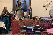 Veronika Pešíková z Tlučné nabízí tradiční rukodělné výrobky z Nepálu.