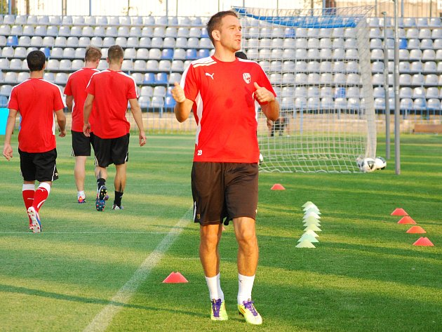 Marek Bakoš si sice zatrénoval v Chorzowě se svými spoluhráči, ale do čtvrtečního zápasu kvůli trestu nastoupit nemůže