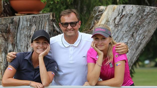 Manažer Luboš Koželuh (uprostřed) se v golfovém prostředí pohybuje dvacet let a golf hrají i obě jeho dcery Eva (vlevo) a Tereza.