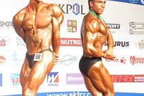 Titul juniorského mistra světa v kulturistice v kategorii open si z Plzně odvezl český závodník Lukáš Topinka (vlevo). Druhý skončil Egypťan Mohamed Ahmed