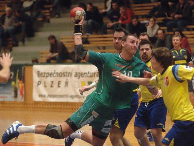 Na archívním snímku z minulého domácího utkání proti Kopřivnici střílí na branku soupeře plzeňský Vojtěch Šik, s osmi góly nejproduktivnější hráč včerejšího zápasu
