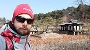 Když měl Marek Čech volné chvíle, trávil je cestováním. Vyrazil třeba do Seongyojang House.