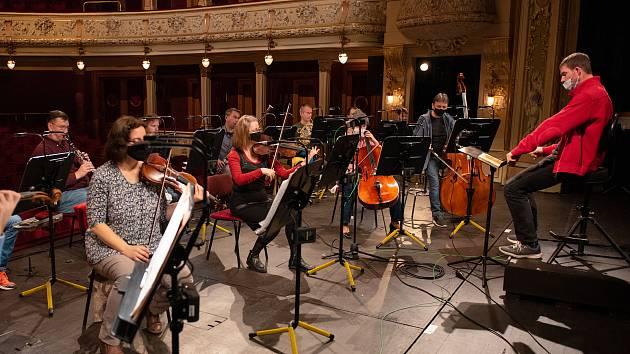Ze zkoušky na koncert, kterým operní soubor Divadla J. K. Tyla v Plzni otevřel svůj youtube kanál. Projekt Hudba je lék zahájil koncert komorního ansámblu orchestru opery pod taktovkou uměleckého šéfa Jiřího Petrdlíka (v červeném saku).
