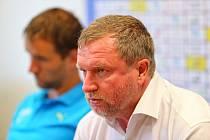 Trenér Pavel Vrba, vzadu Marek Bakoš.