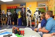 Dětské oddělení navštívili fanoušci série Star Wars s dárky pro malé pacienty. Děti si mohly vyzkoušet části jejich kostýmů a půjčit si i makety zbraní se kterými je členové posádky 501. legie učili zacházet.