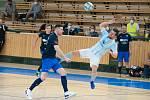 NEPROPADLI. Trenér Olympiku Jakub Němec sleduje snahu Radka Hrdého během třetího čtvrtfinále v Plzni, pro hosty nakonec šlo o rozlučkový zápas se sezonou, v níž podruhé ve své historii zasáhli do vyřazovací části.
