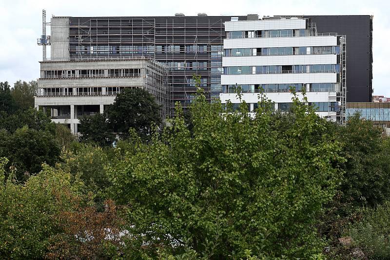 Stavbu nového kampusu lékařské fakulty UK v Plzni na Lochotíně si přijel prohlédnout rektor UK Tomáš Zima. Areál za 1,8 mld. korun sloučí téměř všechna pracoviště lékařské fakulty