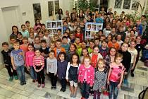 Výstavu složenou z portrétů novorozenců pořízených hned v porodnici vystavuje spolupracovník Plzeňského deníku Michal Pipta na 15. ZŠ v Plzni Skvrňanech. Pravě na 15. ZŠ chodí v současnosti téměř dvě stovky dětí, které Pipta po narození vyfotografoval