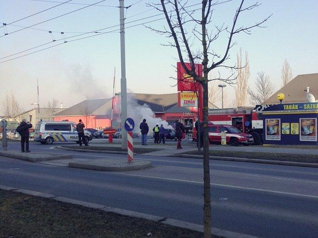 Požár osobního auta na parkovišti Penny Marketu v ulici Edvarda Beneše v Plzni