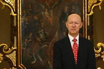 Slavnostního zahájení výstavy v Západočeském muzeu v Plzni se zúčastnil i velvyslanec Norského království v ČR Jens Elkaas. Na snímku před Chotiměřským oltářem, který byl podpořen z Norských fondů