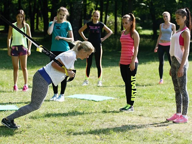 Finalistky Česko-Slovenské MISS 2015 během soustředění vyzkoušely i kruhový trénink v Borském parku.
