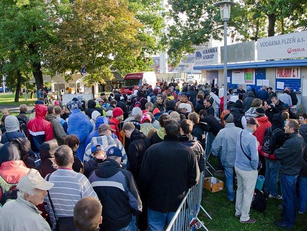 Fanoušci čekali na lístky na Ligu Mistrů. Někteří celou noc.