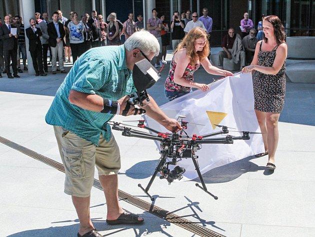 Součástí 25. narozenin FAV bylo i představení nové fakultní vlajky, kterou snesl ze střechy budovy dron.