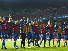 Fotbalisté Viktorie Plzeň slaví se svými fanoušky vítězství v prvním duelu čtrtého předkola Ligy mistrů na stadionu v Kodani