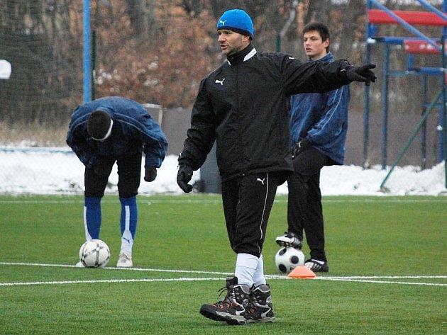 Proměňování šancí teď nejvíce trápí fotbalisty Viktorie Plzeň B. Kouč juniorky Milan Matejka (v popředí) tak má v tréninku společně s hráči o čem přemýšlet