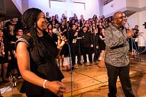 Gospel až na dřeň. Černošská zpěvačka, skladatelka a dirigentka Ruth Waldron (vlevo) a černošský zpěvák, skladatel a dirigent David Daniel.