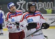 Zprava bývalí fotbalisté Ivan Hašek a Karel Poborský v charitativním hokejovém utkání fotbalových a hokejových legend na podporu Spolku 28 Mariána Čišovského a Nadace fotbalových internacionálů, 16. prosince v Plzni.