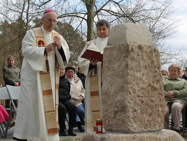 Biskup František Radkovský v sobotu vysvětil zbrusu nový křížek v Sulkově u silnice z Plzně do Líní
