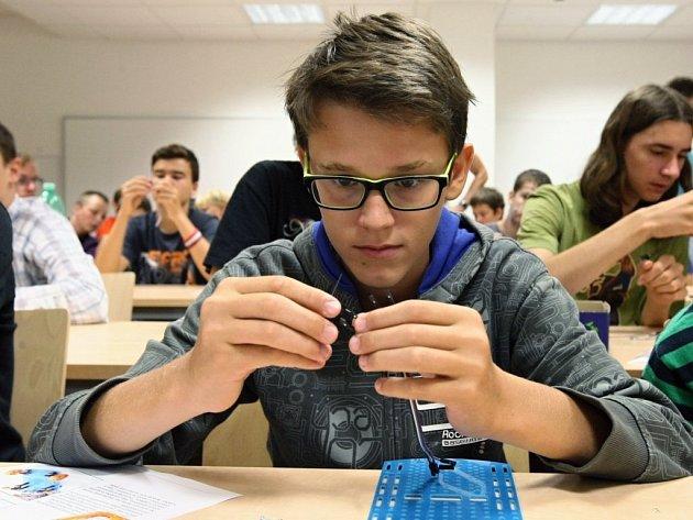 Na Západočeské univerzitě v Plzni se koná už třetí ročník kybernetického soustředění  s názvem Campo Arduino. Na akci se tento rok přihlásilo 37 zájemců.