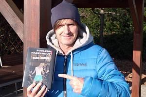 Muzikant Vašek Křivanec známý z kapel Burma Jones či Buster Nixon napsal knihu a je to detektivka.