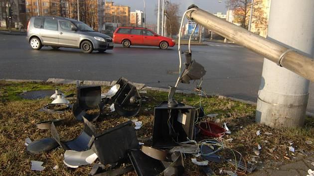 Rozmlácený semafor je počátkem všech problémů. Signalizace nefunguje a řidiči mají U Pietasu problémy