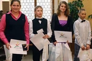 Na městské  radnici byli za  rok 2011 ocenění mladí plzeňští sportovci.  Na snímku jsou vítězové kategorie mladší žactvo: golfistka Karolína Kohoutová, badmintonista Jan Louda, plavkyně Nikol Paulová a kick boxer, boxer a karatista Radek Štádler