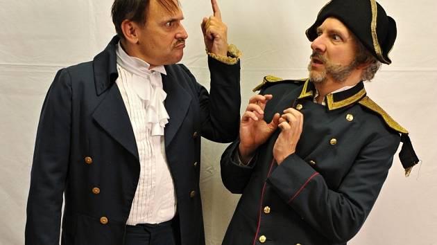 Falešný revizor v podání Pavla Kikinčuka (vlevo) začne v plzeňském Divadle Pluto řádit už v pondělí večer. Na snímku hrozí hejtmanovi Bronislavu Kotišovi.