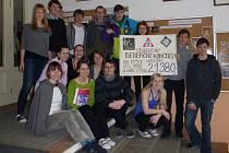Studenti se symbolickým šekem pro Sýrii