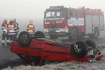Auto skončilo na střeše, řidička vyvázla s lehkým zraněním.