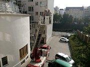 Ve čtvrtek ráno asistovali v Plzni hasiči záchranářům, kteří se potřebovali dostat za seniorkou se zdravotními potížemi.