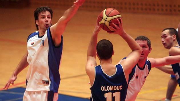 Nejlepší  střelec týmu basket Zápas Miroslav Modr (vlevo)  spolu s Jaroslavem Kovandou (vpravo) brání ve střelbě Luďkovi  Jurečkovi z celku  Olomouce ve včerejším utkání, které skončilo v Plzni výhrou  hostujících Moravanů  86:79