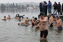 Závody v zimním plavání na Velkém boleveckém rybníku v Plzni. Na snímku v popředí Jan Kosek