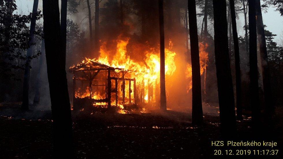 Požár dřevěného objektu na Ostende u Boleveckého rybníka.