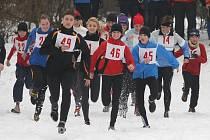 Ani značná sněhová nadílka neodradila běžce na Štědrý den od účasti v závodu. Na snímku je zachycen start kategorií žen a dorostenců, na které čekala trať o délce jedné míle