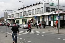 Centrální autobusové nádraží v Plzni by mělo dostat do konce září novou střechu, zlepší se sociální zařízení i informační systém pro cestující. Podnik ČSAD Plzeň je jedním z mála, který s pracemi začal, přestože smlouva o evropské dotace není podepsána