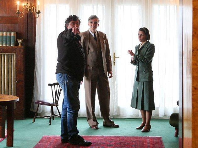 Šestidílný televizní román Roberta Sedláčka (vlevo, na snímku s Martinem Myšičkou a Renatou Visnerovou-Prokopovou) odkryje osudy prvorepublikových hvězd stříbrného plátna za druhé světové války.