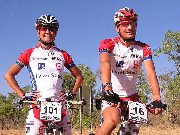 Plzeňští cyklisté Tomáš Kozák s Evou Haškovou na letošní Crocodille Trophy v Austrálii.