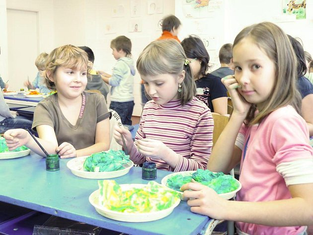 V Blovicích děti malovaly na hedvábí