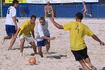 V Plzni bylo v sobotu rozehráno mistrovství České republiky v plážovém fotbale. Snímek je z utkání skupiny C mezi celky Marná Snaha Neveklov (žluté dresy) a TJ Borek.