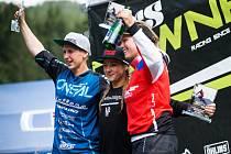 Radost na stupních vítězů si po závodě iXS Downihll Cupu na šumavském Špičáku užily (zleva) druhá Nina Hoffmanová z Německa, její krajanka a vítězka Sandra Rübesamová a česká bikerka Jana Bártová, která skončila třetí.