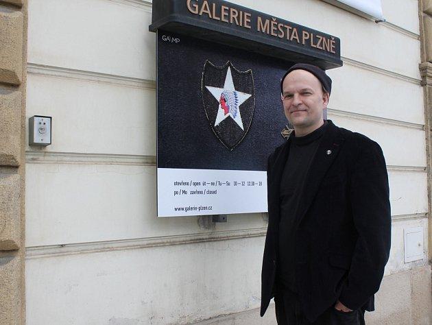 JAN VLČEK před plakátem na jeho výstavu v Galerii města Plzně. Výstava bude od 5. do 8. května přístupná zdarma. Končí 4. června.