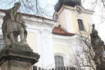 Sochy před kostelem v Žinkovech