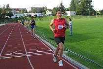 K triumfu v letošním Zátopkově zlatém týdnu má před dnešním maratonem nejblíže Tomáš Veber. Na snímku si běží pro vítězství v nedělním závodě  na pět kilometrů ve Stříbře
