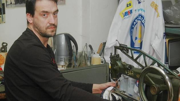 Trenér boleveckých fotbalistů Petr Nykles je specialistou na opravu hokejové výstroje. Na snímku sešívá ve své dílně  rukavici.  Vousy jinak nenosí, ale stejně jako plzeňští hokejisté v play off se teď neholí
